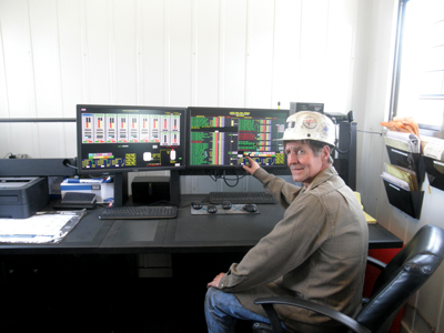 Plant Superintendent Roy Palmer monitors all activities in the plant (left). The software alerts the operator when something is wrong and tells him why (right).